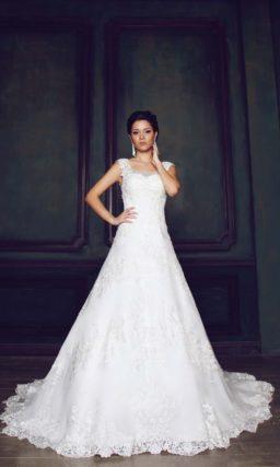 Элегантное свадебное платье силуэта «принцесса» с полупрозрачной ажурной спинкой.