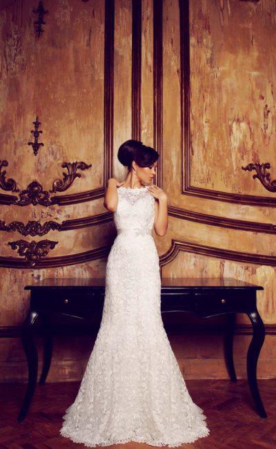 Романтичное свадебное платье прямого силуэта с длинным шлейфом, покрытое кружевом.