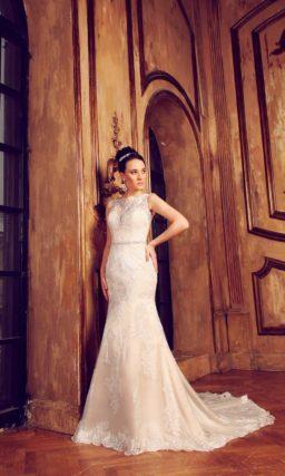 Свадебное платье силуэта «рыбка» с ажурной спинкой и узким блестящим поясом на талии.