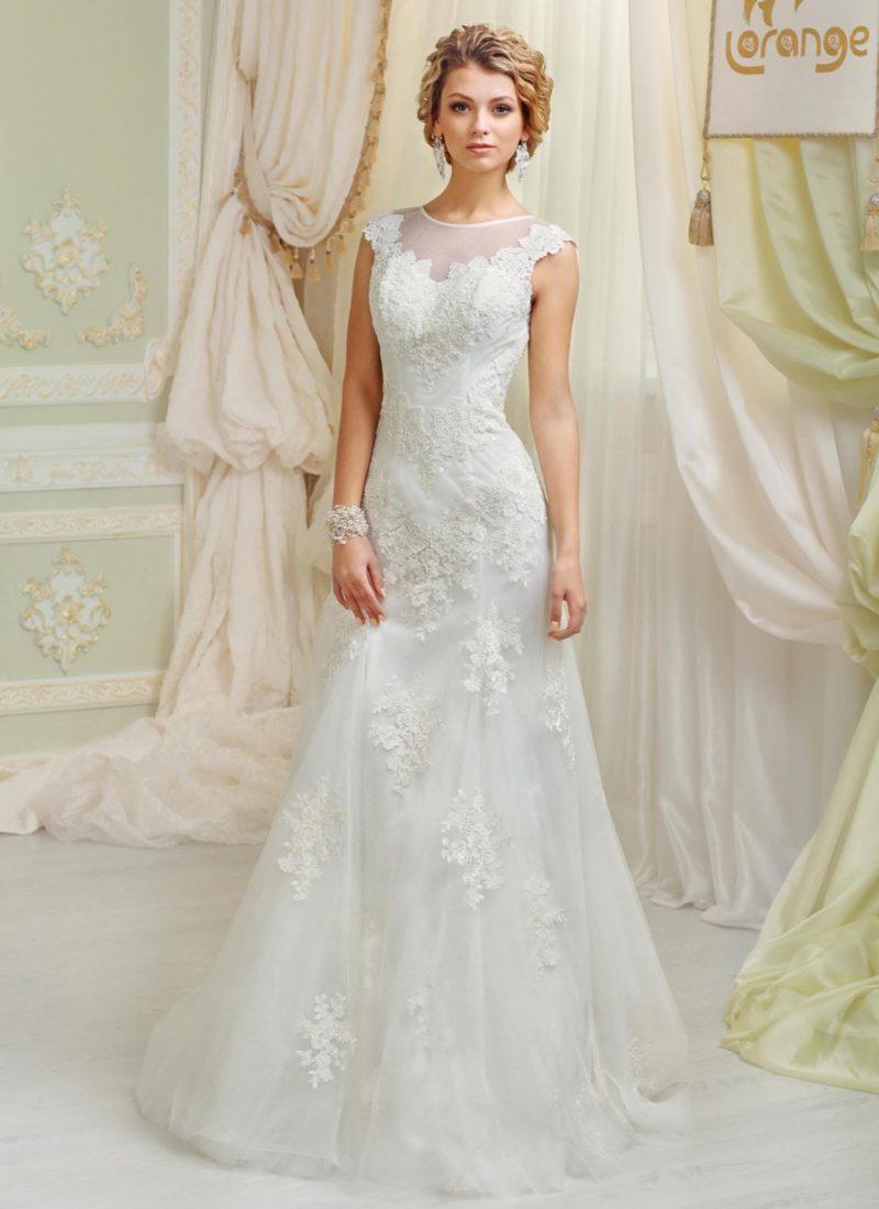 Изысканное свадебное платье силуэта «рыбка» с отделкой из полупрозрачной ткани с кружевом.