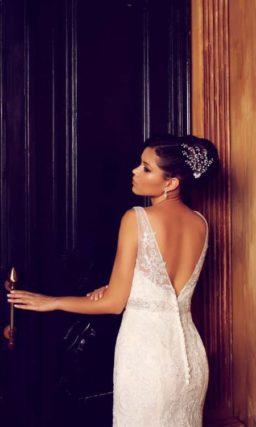 Свадебное платье с силуэтом «рыбка» и глубоким V-образным декольте на спинке платья.