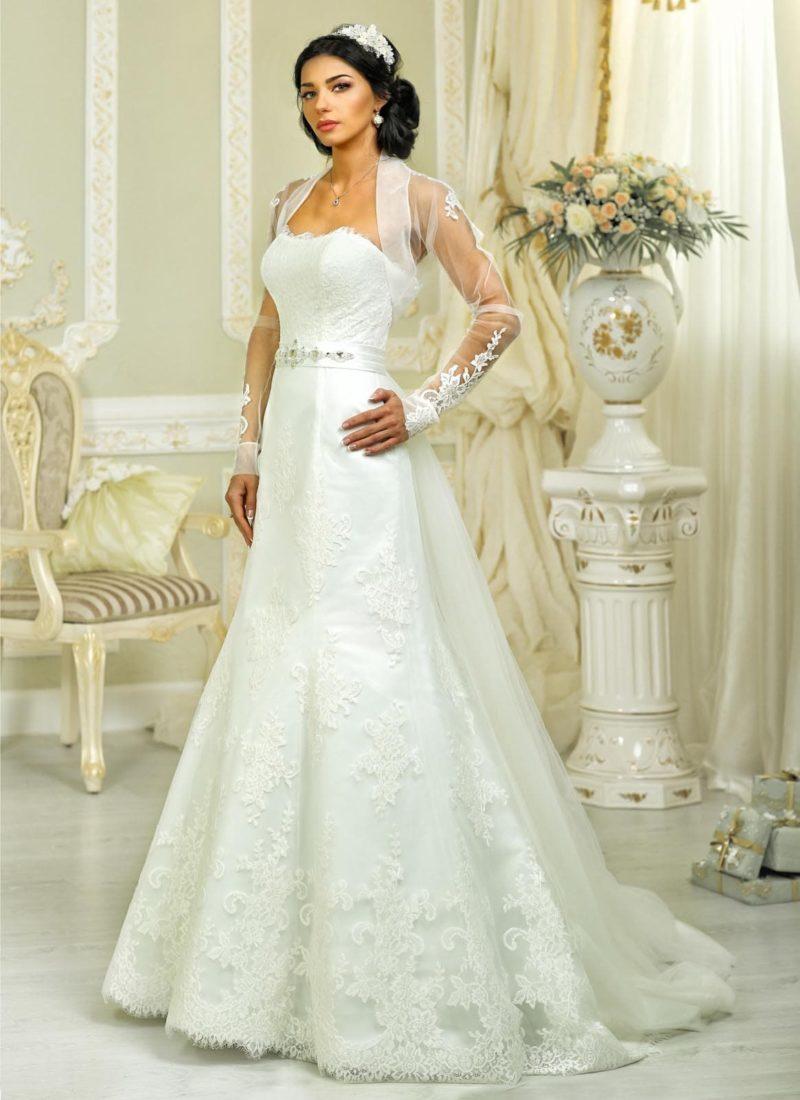 Открытое свадебное платье силуэта «рыбка» с кружевным декором и болеро с рукавами.