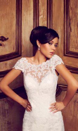 Прямое свадебное платье с кружевными рукавами и округлым вырезом на спинке.