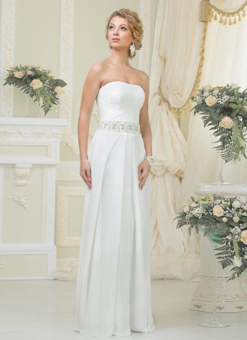 Ампирное свадебное платье в сдержанном стиле с широким поясом, покрытым вышивкой.