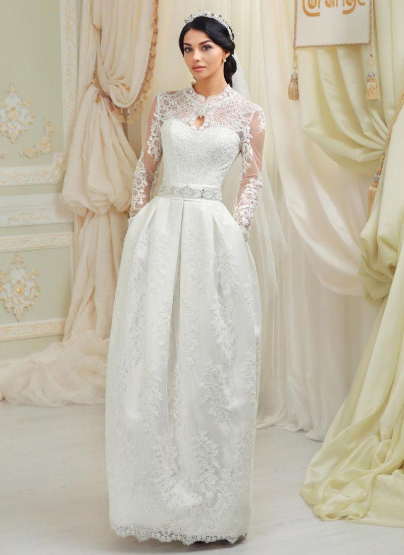 Прямое свадебное платье со скрытыми карманами и ажурным оформлением верха.
