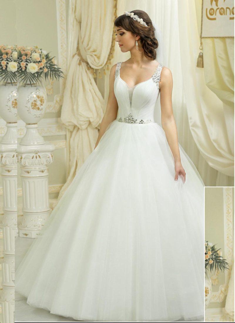 Пышное свадебное платье со сверкающими бретелями и глубоким V-образным вырезом.