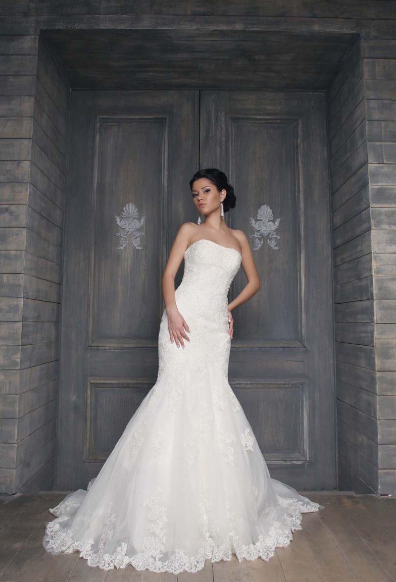 Свадебное платье с открытым лифом в форме сердца и юбкой силуэта «рыбка» с кружевным декором.