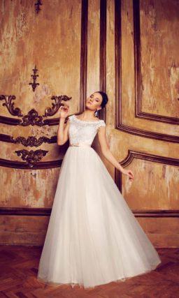 Закрытое свадебное платье А-силуэта с глубоким вырезом сзади и цветным атласным поясом.