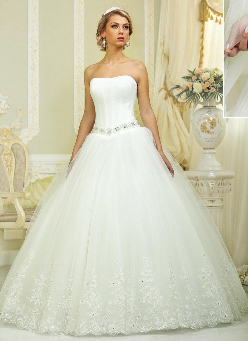 Пышное свадебное платье со сверкающим поясом и вышивкой на подоле.
