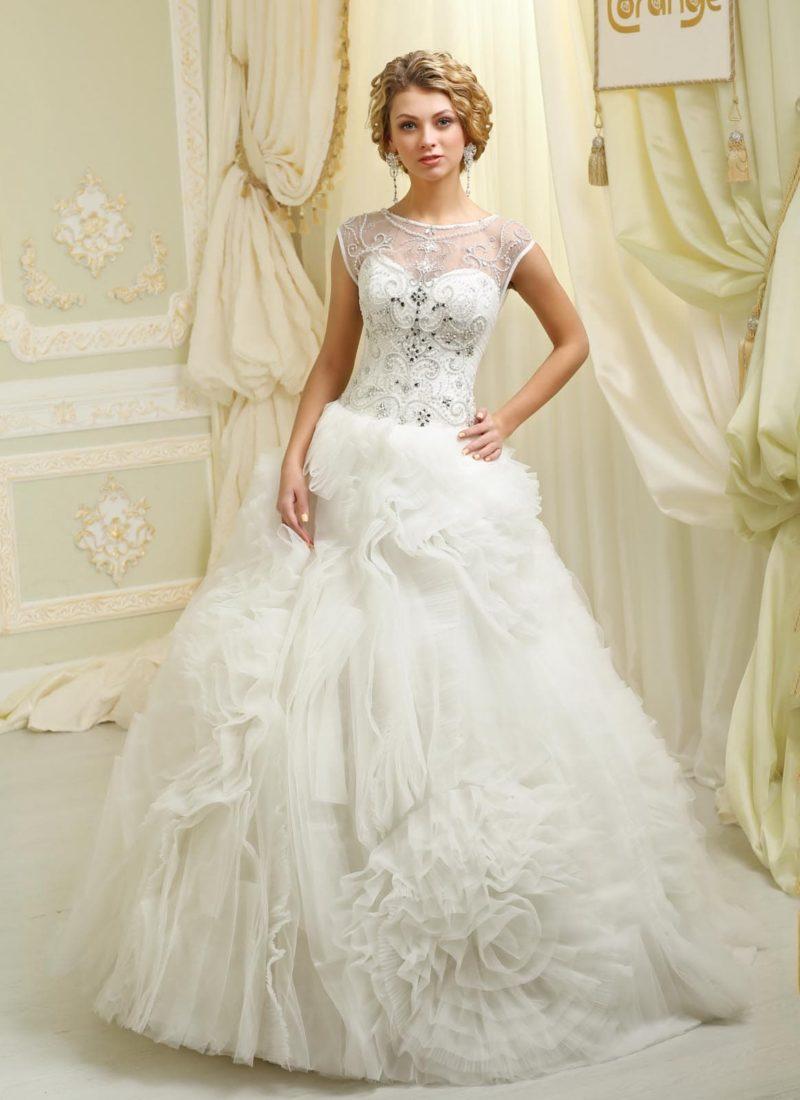 Пышное свадебное платье с юбкой, покрытой оборками, и вышивкой на корсете.