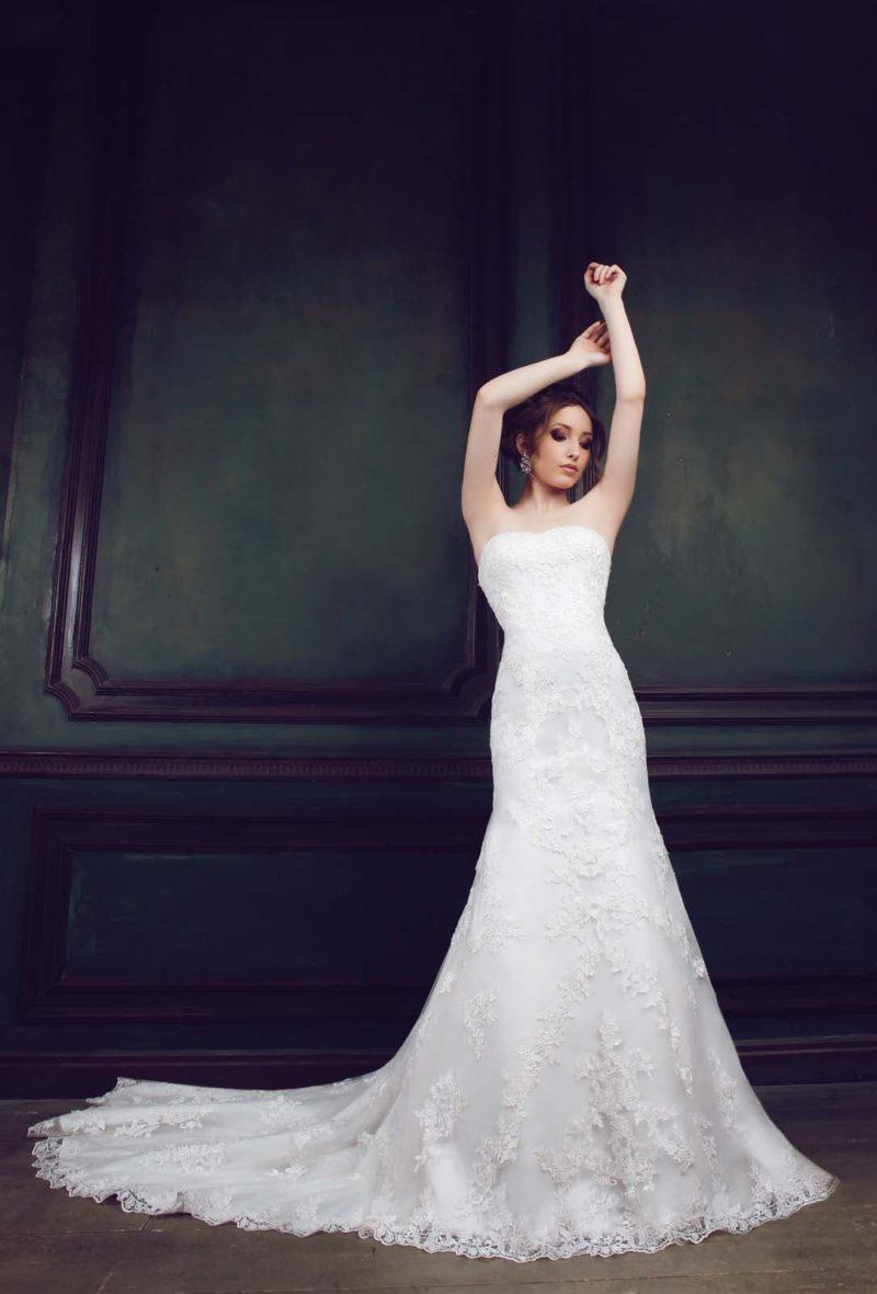 Открытое свадебное платье силуэта «рыбка», по всей длине декорированное кружевом.