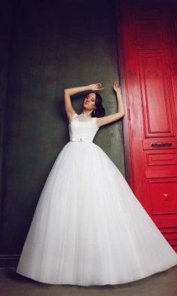 Свадебное платье с пышным силуэтом и глубоким декольте на спинке.