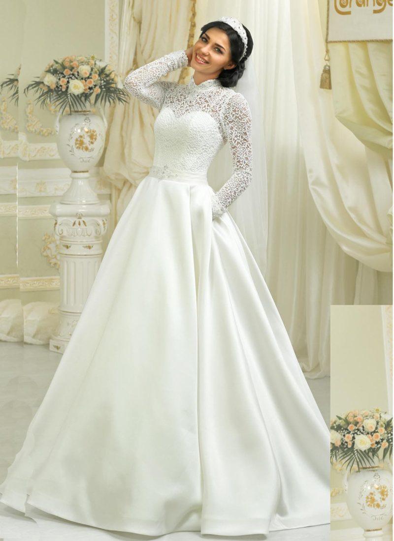 Атласное свадебное платье силуэта «принцесса» со скрытыми карманами и длинными рукавами.