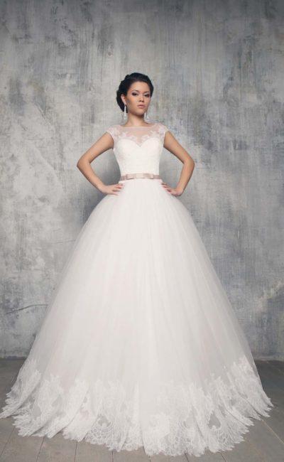 Пышное свадебное платье с многослойной юбкой, закрытым лифом и цветным поясом.