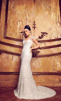 Прямое свадебное платье из фактурной кружевной ткани с шлейфом и широкими бретелями.