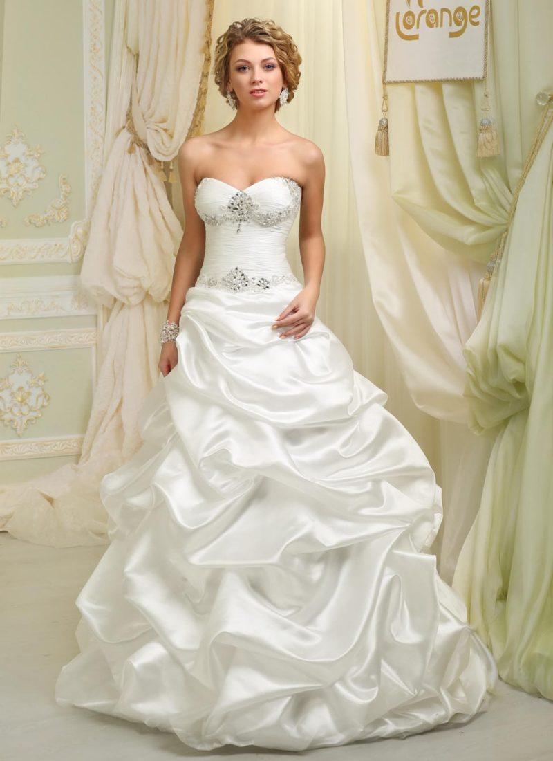 Атласное свадебное платье «принцесса» с пышными оборками на юбке и бисером на лифе.