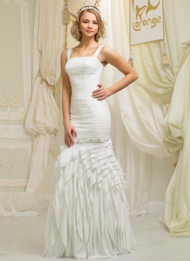 Свадебное платье силуэта «рыбка» по всей длине покрыто фактурным узором драпировок.