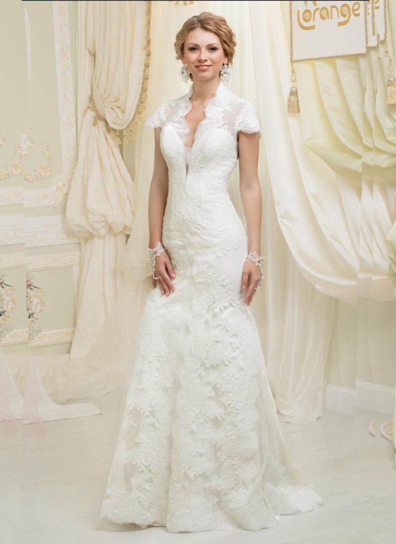 Кружевное свадебное платье силуэта «рыбка» с короткими рукавами и V-образным вырезом.