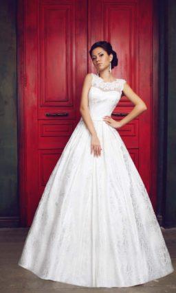 Свадебное платье с ажурной спинкой и юбкой А-силуэта из плотной ткани.