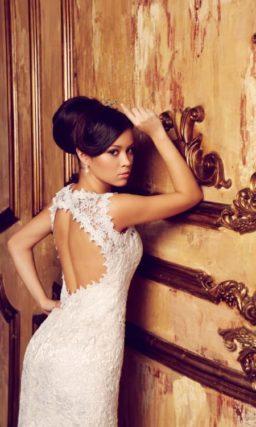 Ажурное свадебное платье прямого силуэта с открытой вырезом «замочная скважина» спиной.
