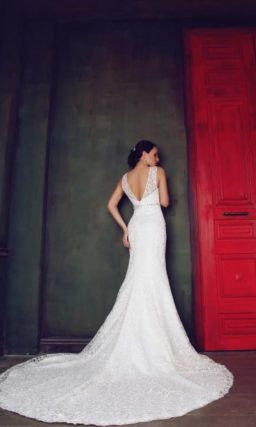 Кружевное свадебное платье силуэта «рыбка» с V-образными вырезами и спереди, и на спинке.