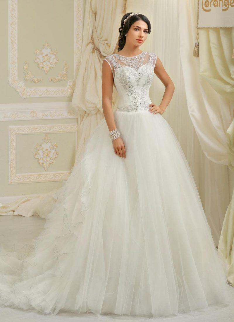 Пышное свадебное платье с вышивкой на закрытом лифе и оригинальным пышным шлейфом.