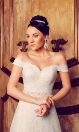 Свадебное платье силуэта «принцесса» с соблазнительным портретным декольте с широкими бретелями.