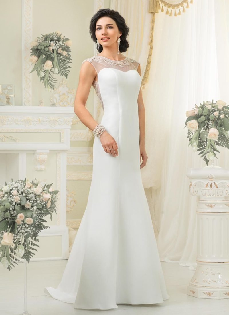 Изысканное свадебное платье «рыбка» из атласной ткани с полупрозрачным декором верха.