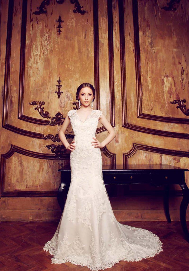 Кружевное свадебное платье силуэта «рыбка» с чувственной открытой спинкой.