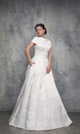 Закрытое свадебное платье из фактурной ткани с элегантным атласным воротником.