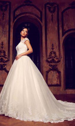 Закрытое свадебное платье силуэта «принцесса» с длинным многослойным шлейфом и кружевным декором.