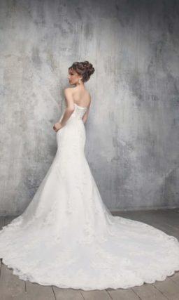 Открытое свадебное платье с женственным силуэтом «рыбка» и потрясающим шлейфом.