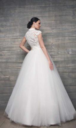 Оригинальное свадебное платье пышного силуэта с воротником-стойкой и кружевной спинкой.