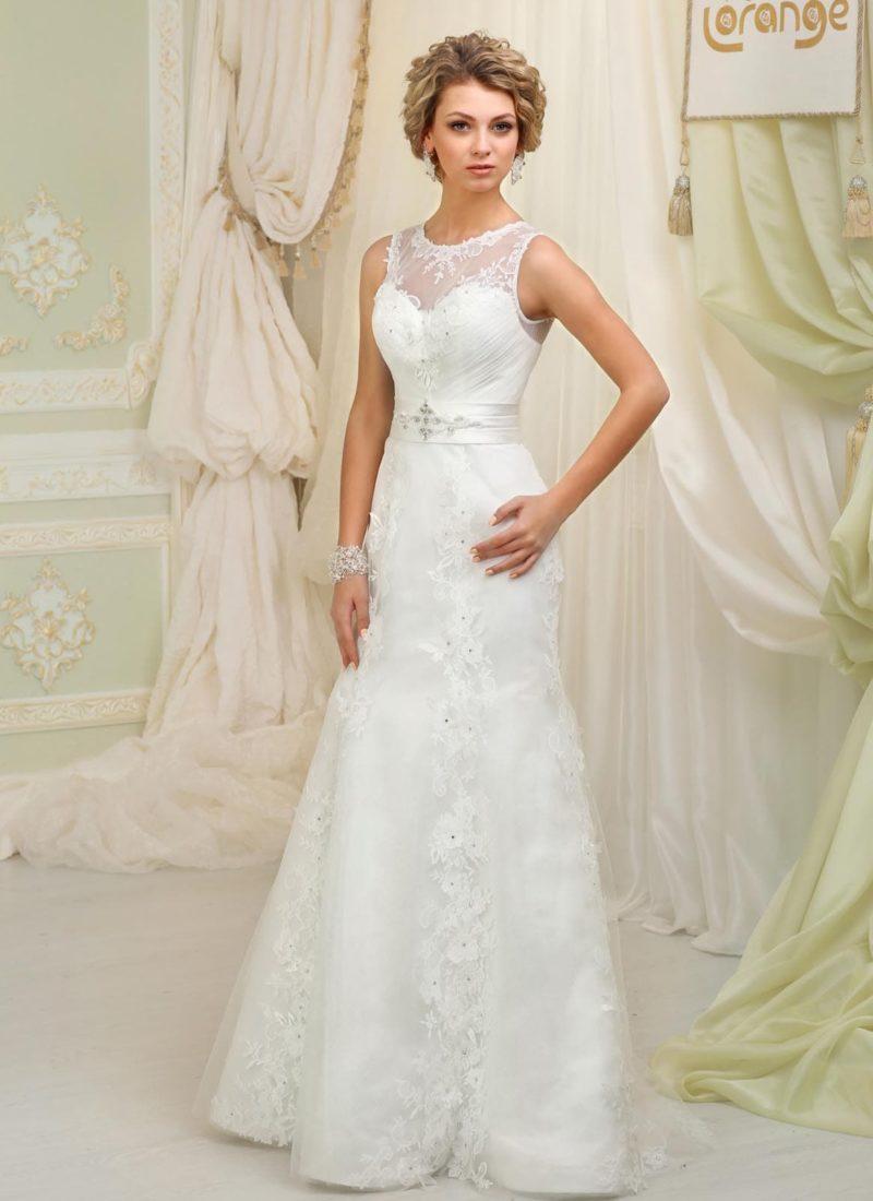 Прямое свадебное платье с широким атласным поясом и кружевом на юбке.