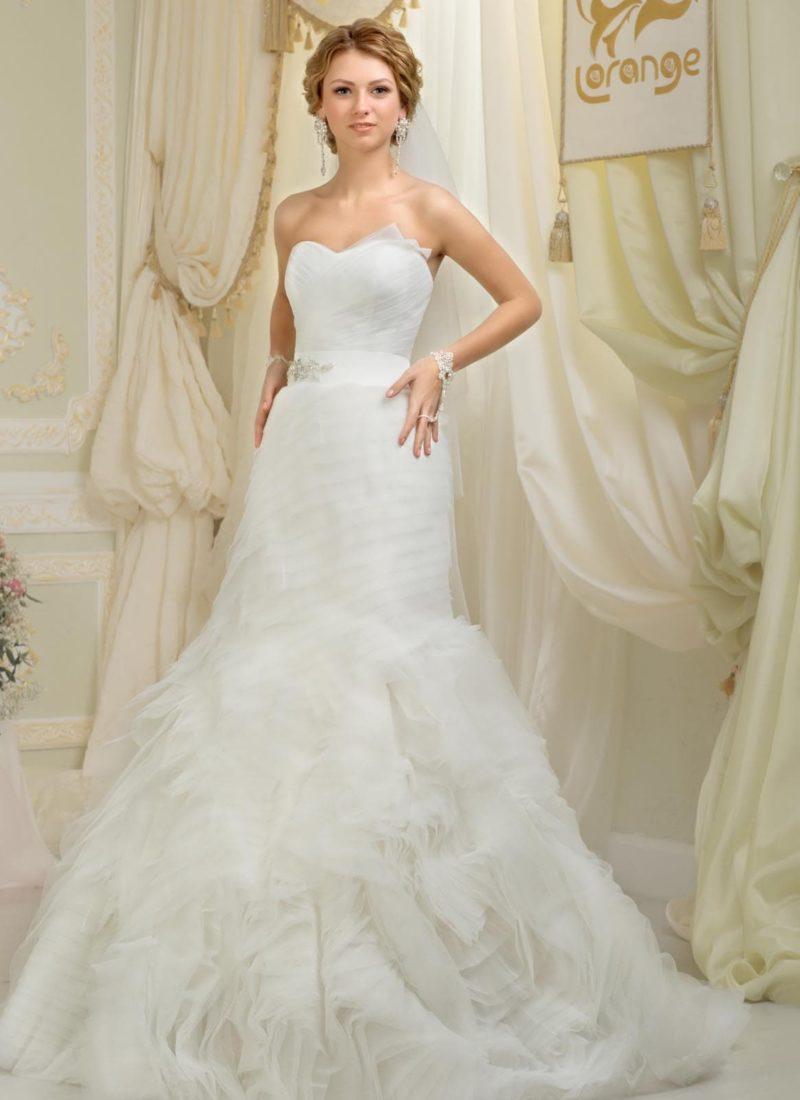 Романтичное свадебное платье силуэта «рыбка» с фигурным лифом и оборками на юбке.