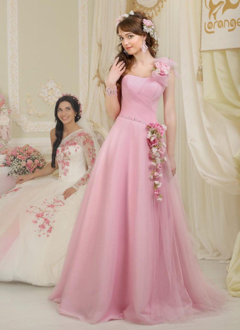 Нежное свадебное платье силуэта «принцесса» розового цвета с цветочным декором.
