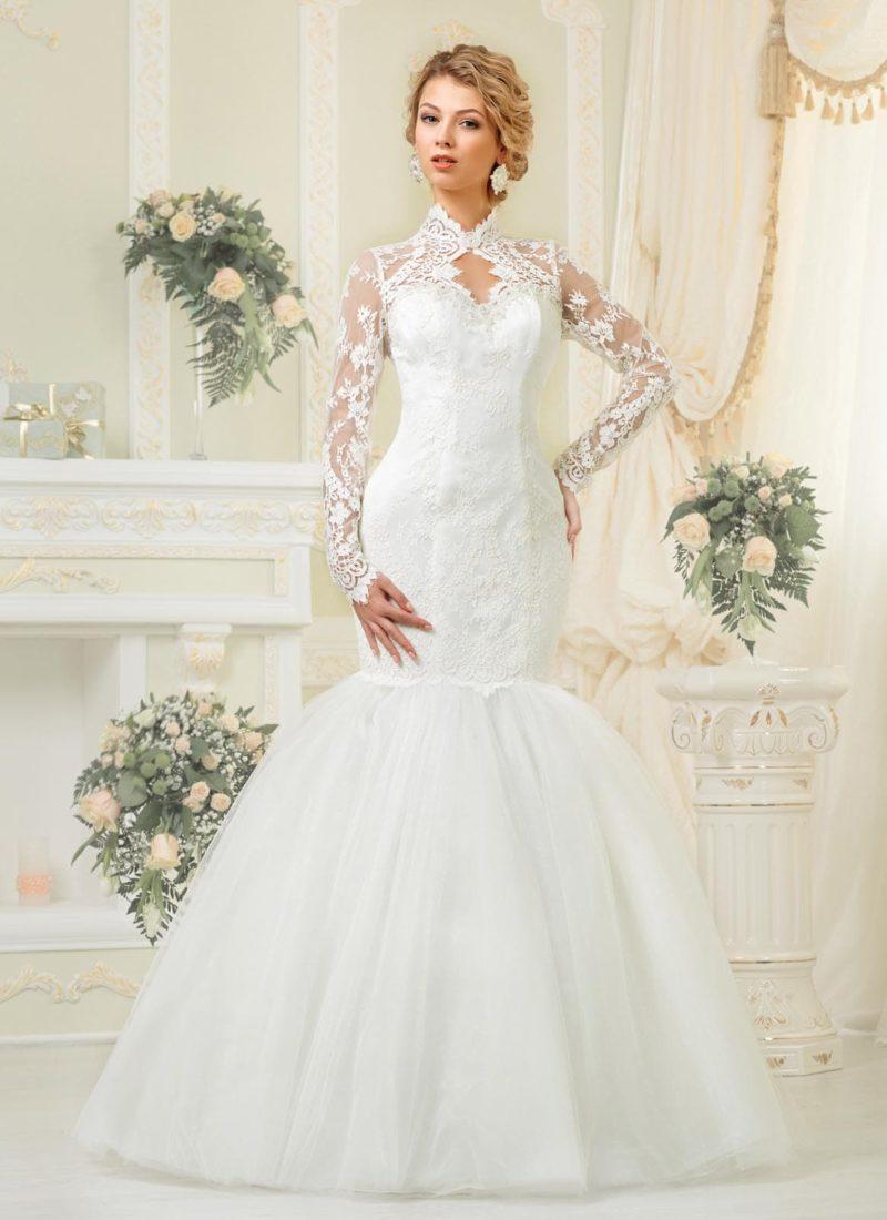 Оригинальное свадебное платье «рыбка» с пышной юбкой и длинными ажурными рукавами.