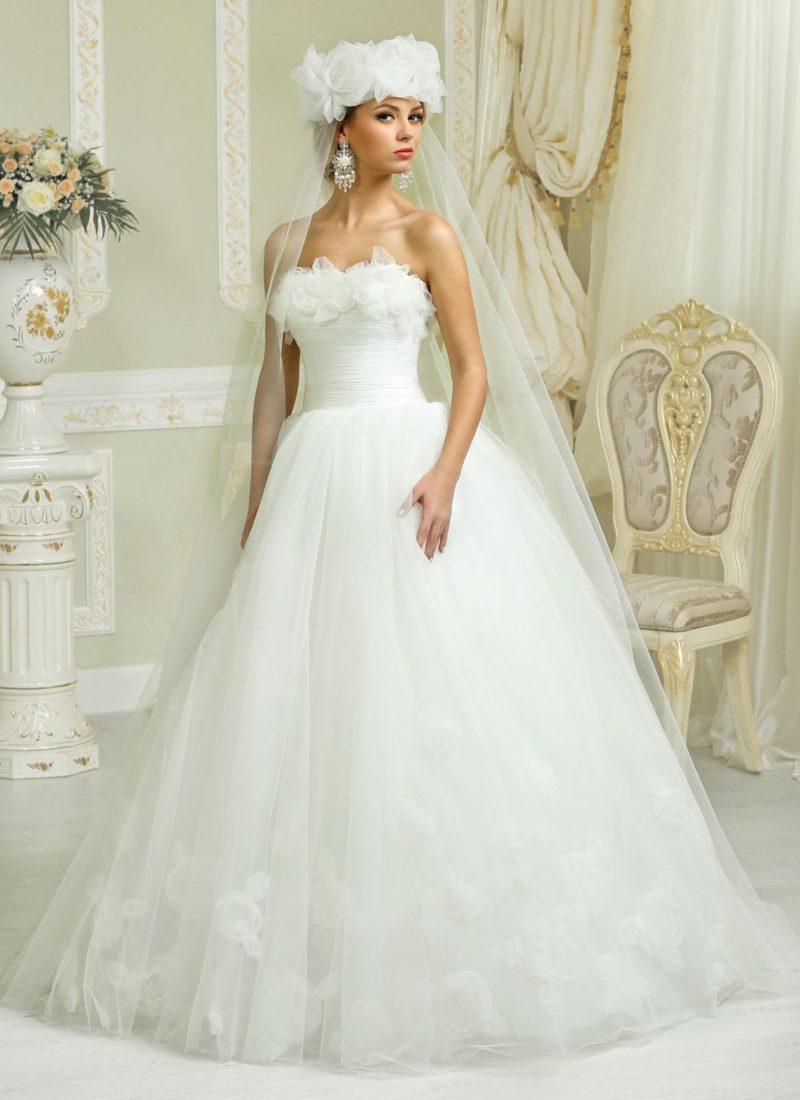 Кокетливое свадебное платье пышного силуэта с объемной отделкой лифа прямого кроя.