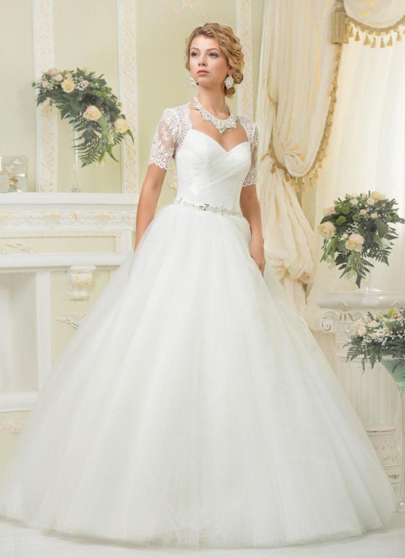 Стильное свадебное платье силуэта «принцесса» с короткими кружевными рукавами.