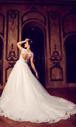Пышное свадебное платье с кружевной отделкой юбки и закрытым ажурным лифом.