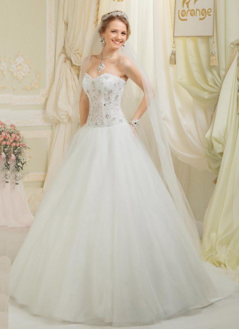 Нежное свадебное платье силуэта «принцесса» с деликатной вышивкой на корсете.