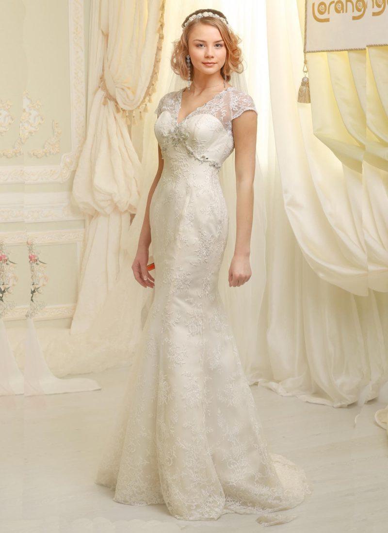 Атласное свадебное платье силуэта «рыбка» с небольшим шлейфом и кружевными рукавами.