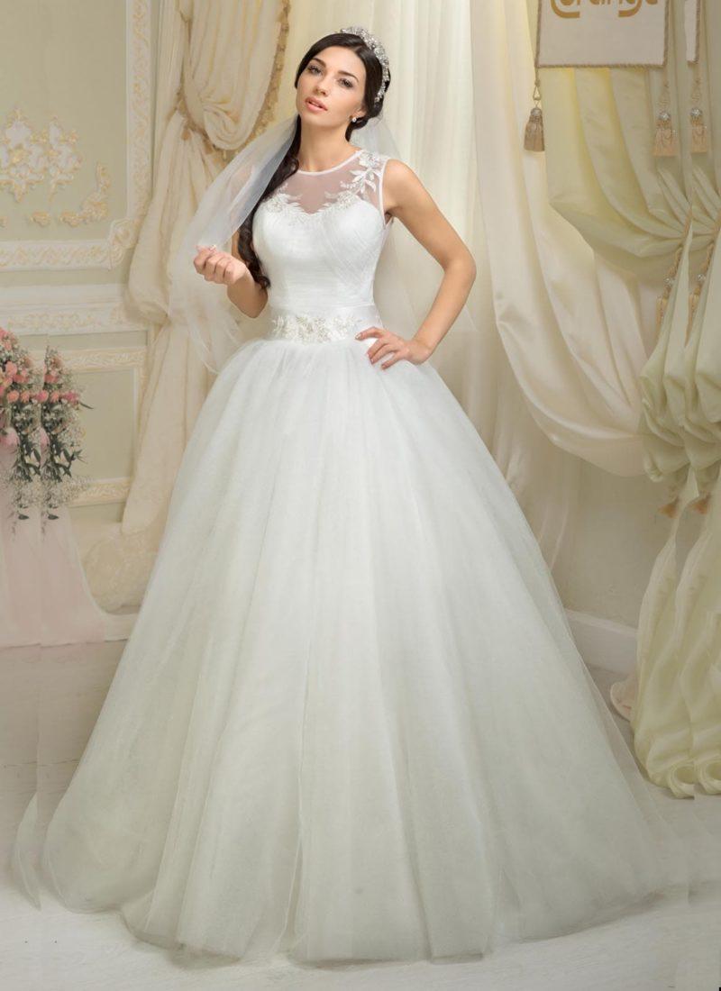 Пышное свадебное платье с романтичной отделкой лифа и широким сверкающим поясом.