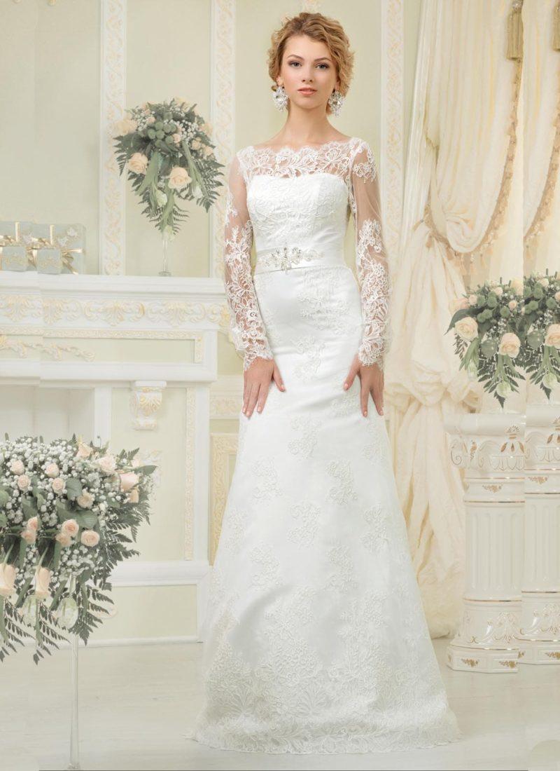Кружевное свадебное платье силуэта «рыбка» с длинными рукавами и атласным поясом.