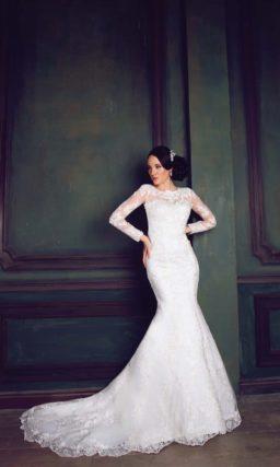 Закрытое свадебное платье силуэта «рыбка» с длинным рукавом и кружевным шлейфом.
