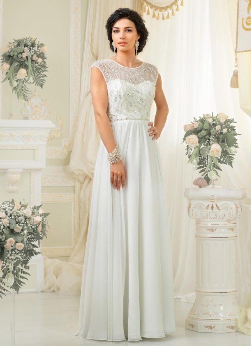 Закрытое свадебное платье с прямым силуэтом и женственной отделкой лифа.