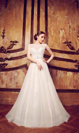 Свадебное платье с многослойной юбкой А-силуэта и ажурным закрытым лифом.