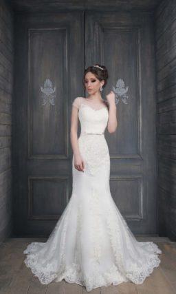 Свадебное платье силуэта «рыбка» с кружевным шлейфом и открытой спинкой.