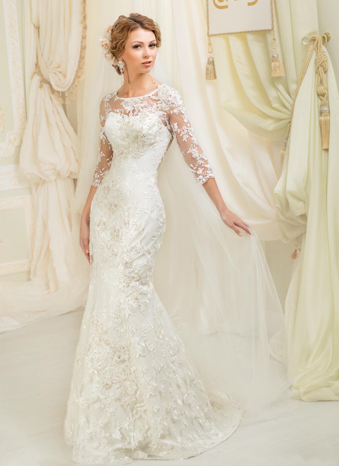 Свадебное платье «рыбка» с отделкой из полупрозрачной ткани с фактурными аппликациями.