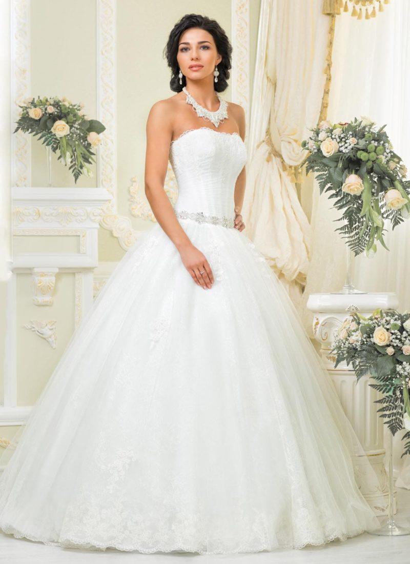 Пышное свадебное платье с открытым корсетом прямого кроя и бисерным поясом.